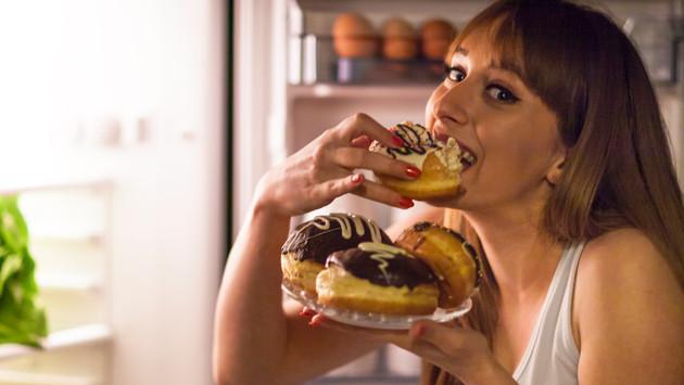 ¡Si haces esto, comer en la noche no te engordará!
