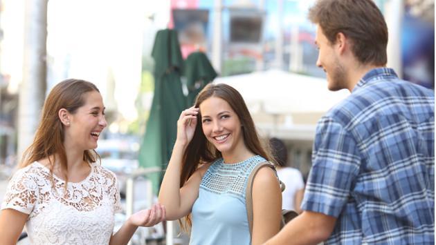 Si tu pareja coquetea demasiado con tu mejor amigo(a), ¿qué harías?