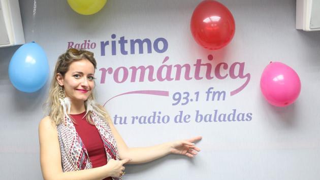 Vicky Corbacho celebró su cumpleaños en la cabina de Ritmo Romántica cantando 'Qué bonito'