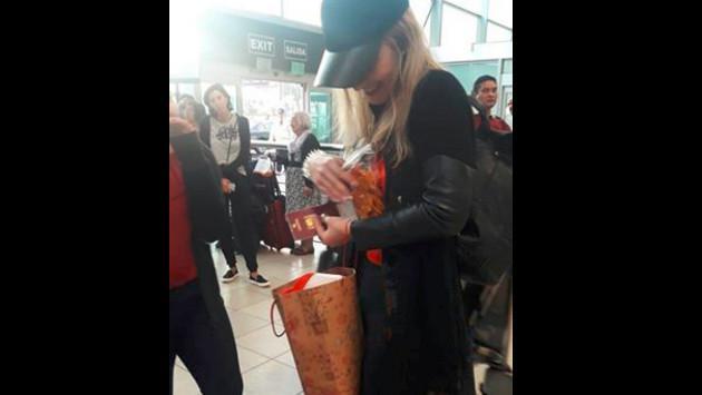 Vicky Corbacho, la intérprete de 'Qué bonito', fue sorprendida por sus fans en el aeropuerto