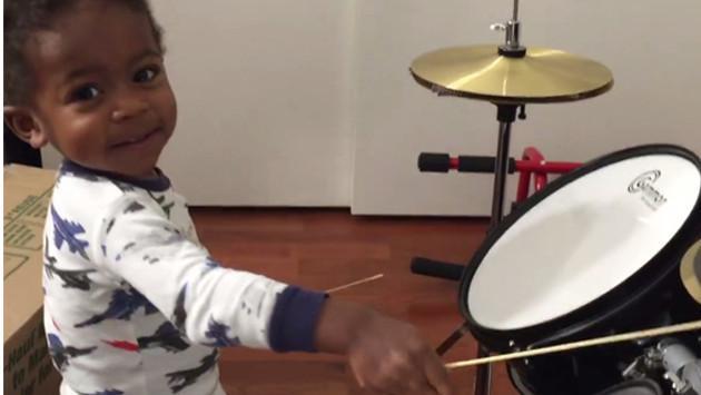 ¡Video de niño tocando la batería revoluciona las redes sociales por su gran habilidad!