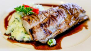 Filete de pescado y salsa balsámica con puré rústico