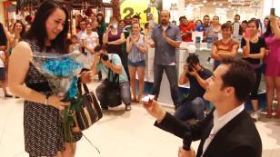 ¡Mira esta singular pedida de matrimonio en un centro comercial! (VIDEO)