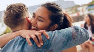 ¿Sabes cuántos abrazos son necesarios al día y cuáles son los beneficios? ¡Aquí te lo contamos!