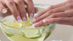 Trucos con limón para fortalecer las uñas