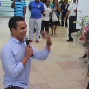 Novio pide matrimonio a su pareja en aeropuerto (VIDEO)