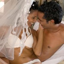 Descubre qué no debes hacer en la cama en tu noche de bodas.