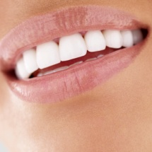 2 trucos naturales para blanquear los dientes.