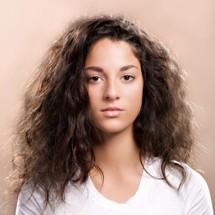 Elimina el frizz de tu cabello.