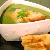 Sopa de pollo con espinaca baja en calorías y rica en ácido fólico