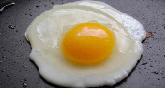 Truco para conseguir huevos fritos perfectos