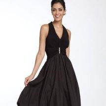 ¿Cómo combinar un vestido negro?