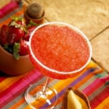 Refrescante jugo de fresas y naranjas.