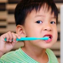Tips para enseñarle a tus hijo a cepillarse los dientes.